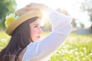 Zdravá žena s klobúkom